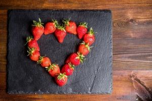 Ein Herz aus frisch geernteten, regionalen und saisonalen Erdbeeren vom Spargel- und Erdbeerhof Hirsch in Trebur